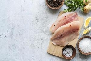 filé de peixe fresco na tábua foto