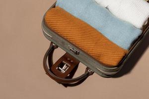 bagagem aberta com roupas dobradas foto