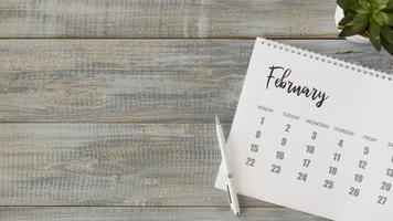 vista de cima do calendário de mesa em uma mesa de madeira clara foto