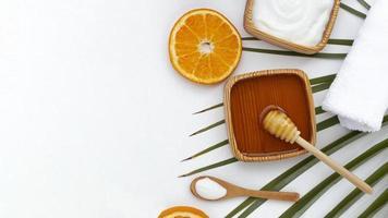 vista superior do mel e fatia de laranja com espaço de cópia foto