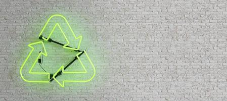 lâmpada de néon verde com símbolo de reciclagem na parede de tijolos brancos foto