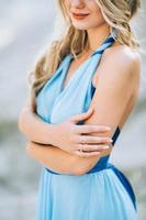 garota loira com um vestido azul claro em uma pedreira de granito foto