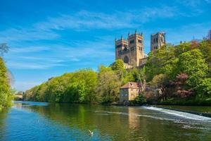 a catedral de durham e o rio usam na primavera em durham, inglaterra foto
