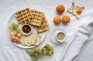 waffles e frutas no café da manhã foto