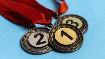 medalhas de primeiro, segundo e terceiro lugar foto