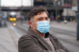 usando máscaras protetoras ao ar livre na cidade foto