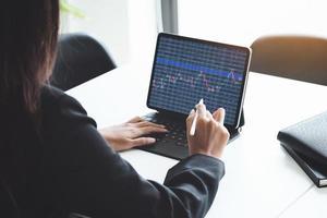 corretor do mercado de ações olhando gráficos de negociação foto