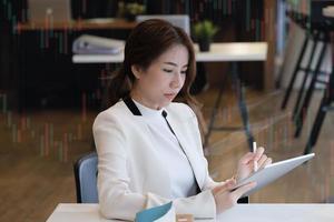 empresária usando tablet foto