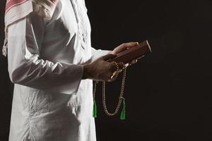 homem tradicional árabe roupas segurando Alcorão. conceito de foto bonita de alta qualidade e resolução