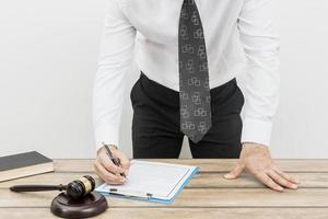 advogado preenchendo documento. conceito de foto bonita de alta qualidade e resolução