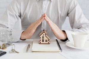 corretor de imóveis gesticulando casa. conceito de foto bonita de alta qualidade e resolução