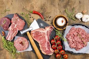 carne de vista superior com tomate de ervas. conceito de foto bonita de alta qualidade e resolução