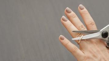 vista superior tesoura corte anel de casamento. conceito de foto bonita de alta qualidade e resolução