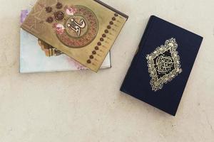 conceito de ramadan vista superior com Alcorão. conceito de foto bonita de alta qualidade e resolução