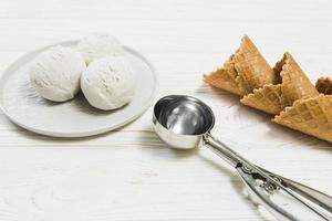 colher perto de cones de waffle de bolas de sorvete. conceito de foto bonita de alta qualidade e resolução