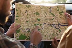 homem mulher verificando mapa carro. conceito de foto bonita de alta qualidade e resolução