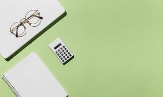 calculadora de óculos mínimos de mesa com vista superior. conceito de foto bonita de alta qualidade e resolução