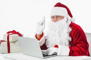 óculos de Papai Noel mostrando o dedo apontando. conceito de foto bonita de alta qualidade e resolução