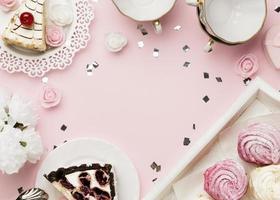 Vista superior do arranjo de bolo delicioso foto