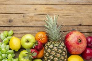 frutas frescas em uma mesa de madeira foto