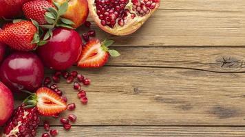frutas vermelhas em uma mesa de madeira foto