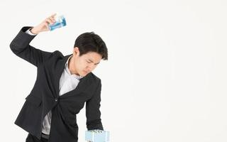 empresário asiático e expressões ao abrir caixas de presente foto