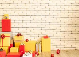 caixa de presente de natal na sala de estar para se preparar para o ano novo. decore a sala de estar e a árvore de natal com uma caixa de bolas vermelhas, bolas douradas, sinos dourados, estrelas de neve, meias. foto