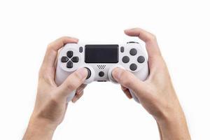 controle de joystick de jogos na mão isolado no fundo branco, console de videogame desenvolvido entretenimento interativo foto
