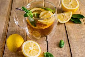 chá com limão e hortelã em copo transparente foto
