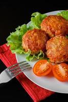 bolinhos de carne apetitosos em molho de tomate foto