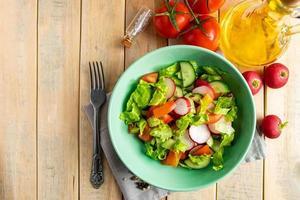 salada de legumes fresca com azeite foto