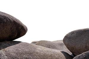 grandes pedras redondas e ásperas empilhadas no fundo foto