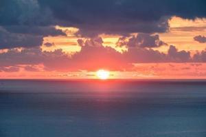 belo pôr do sol sobre o mar foto