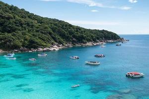 paisagem de barcos em mar tropical com céu azul na baía de Similan foto