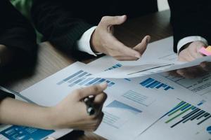 feche a reunião de empresários para discutir a situação do mercado. conceito financeiro de negócios foto