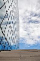 prédio de escritórios e céu foto