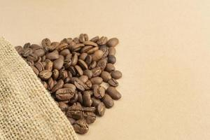 saco de pano com grãos de café foto