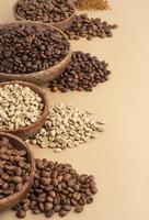 taças com grãos de café foto