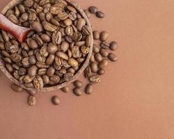 tigela de vista superior com grãos de café foto