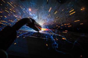 soldador ou artesão, erguendo aço industrial técnico na fábrica foto
