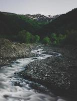 rio e vista da montanha foto
