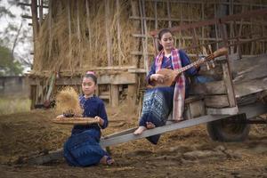 fêmeas tailandesas no campo de arroz e na casa de campo, atividade de estilo de vida do agricultor conceito foto