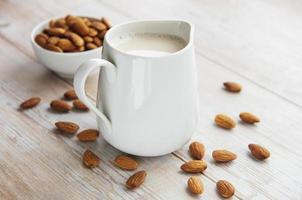 leite de amêndoa e amêndoas foto