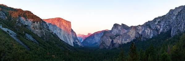 Parque Nacional do vale de Yosemite durante a vista do pôr do sol da vista do túnel no crepúsculo foto