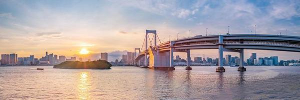 vista panorâmica do horizonte de Tóquio ao pôr do sol. foto
