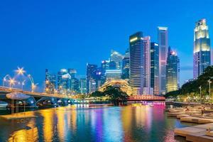 Horizonte do distrito financeiro de Singapura na baía da marina na hora do crepúsculo, cidade de Singapura, sudeste da Ásia. foto