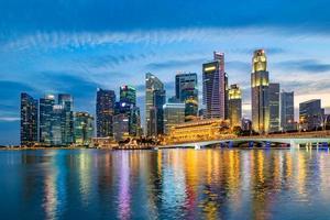 horizonte do distrito financeiro de Singapura durante show de laser à noite. foto
