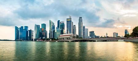 Horizonte do distrito financeiro de Singapura durante o pôr do sol. grupo de arranha-céus na baía da marina, Singapura. foto