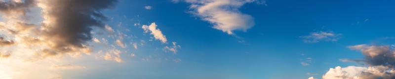 panorama dramático do céu com nuvens ao nascer e pôr do sol foto
