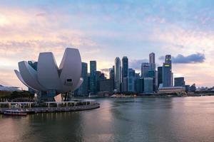 cena crepuscular do horizonte do distrito financeiro de Singapura, na baía da marina. foto